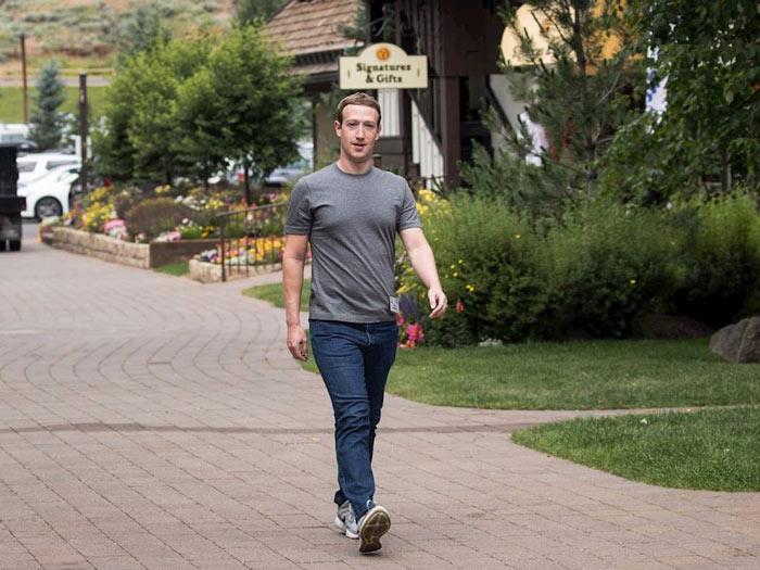 Hình ảnh của CEO Facebook gắn với chiếc áo phông màu xám, quần bò và giầy thể thao